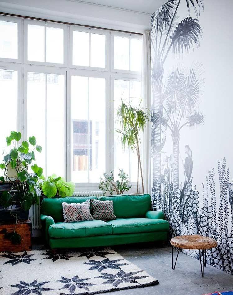Mẫu phòng khách với sofa đặt cạnh các cây cảnh có cùng tông màu xanh mát mắt